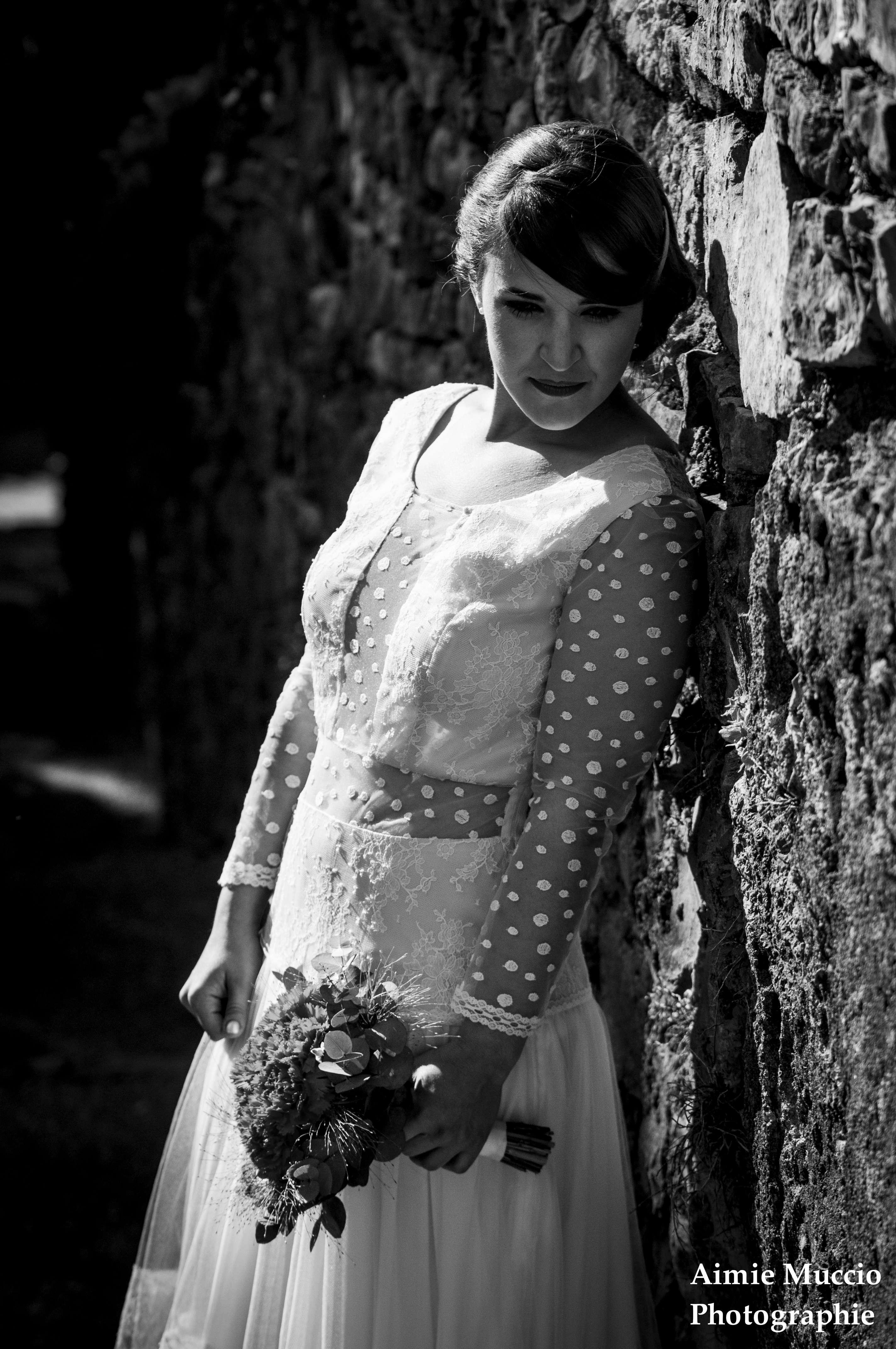 robe de mariée mur en pierre