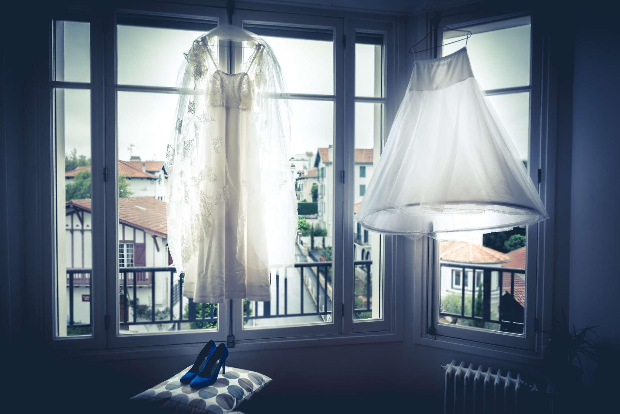 La robe suspendue à la fenêtre