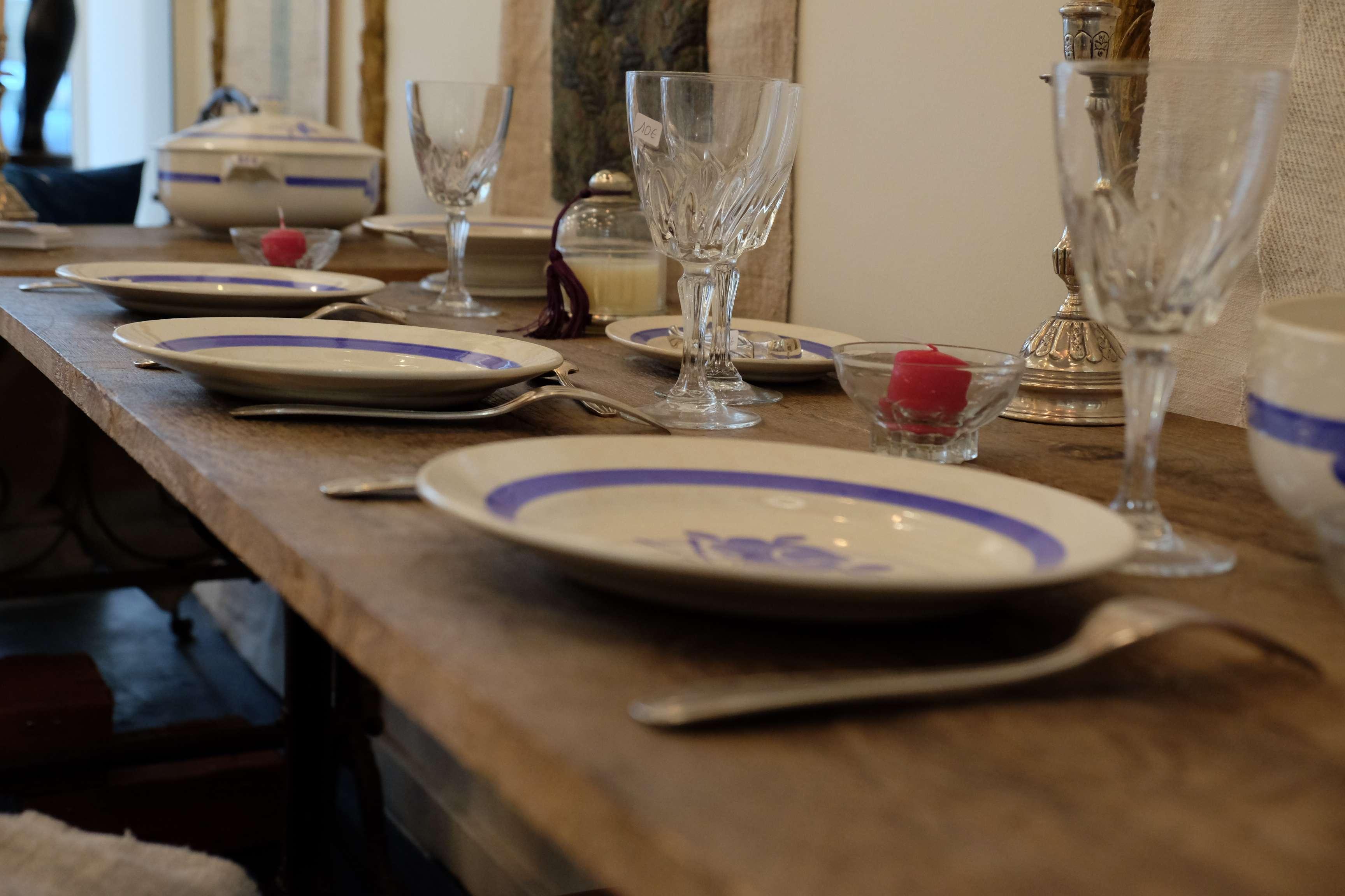table en bois et vaisselle vintage
