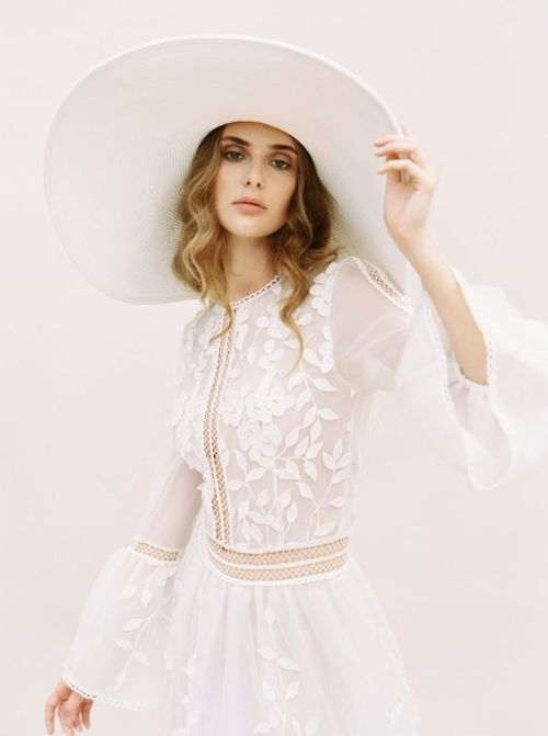 mariée avec chapeau de paille